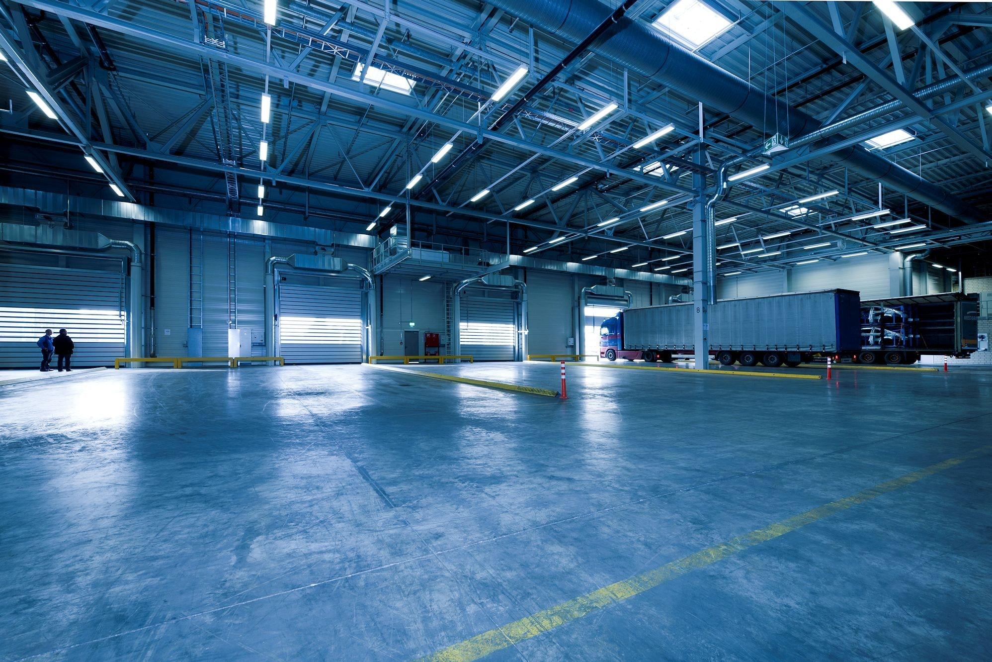 Wnętrzne hali produkcyjnej