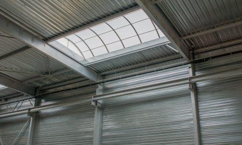 Świetlik dachowy w hali magazynowej